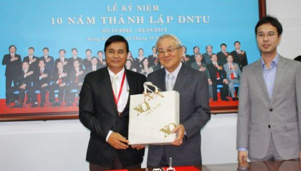 Dr. Phan Ngoc Son presented the souvenir gift to Mr. Chay Yee