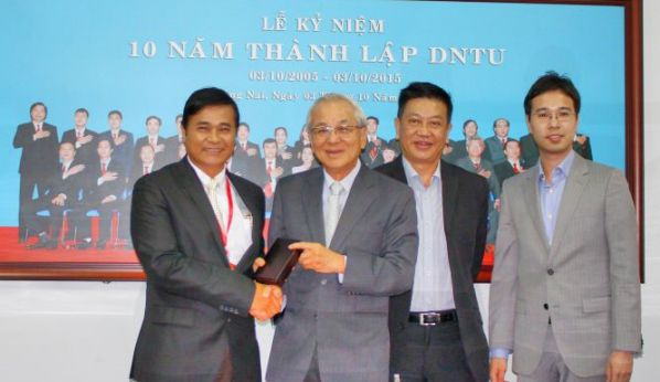 Mr. Chay Yee presented the souvenir gift to Dr. Phan Ngoc Son