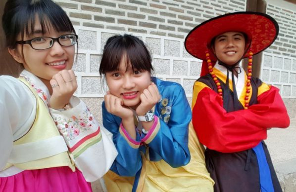 Students experience the Korean Dress
