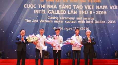 Group of students won the first prize of the creators of Vietnam - Photo: VnExpress