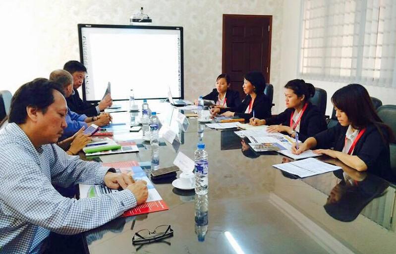 Phòng Hợp tác Quốc tế DNTU làm về chương trình đào tạo với trường Cao đẳng Coleman, Singapore tại phòng họp 2