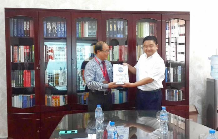 Giáo sư Wu - Hsun Yang đại diện Đại học công lập Chinan tặng quà lưu niệm cho DNTU