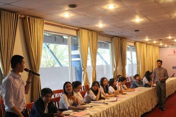 Ông Nguyễn Ngọc Tuấn giải đáp các thắc mắc của sinh viên, giải quyết các khó khăn khi bắt đầu khởi nghiệp