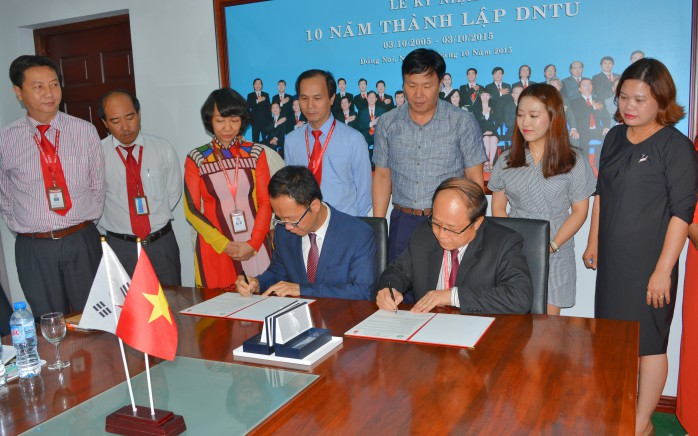 Prof. Dr. Tran Duc Thuan and Professor Soo Young Shin signed memorandum agreement
