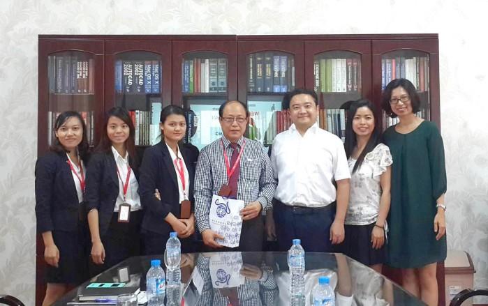 Đại diện Ban Giám hiệu và chuyên viên P.HTQT chụp hình lưu niệm cùng đoàn Đại học công lập Chinan