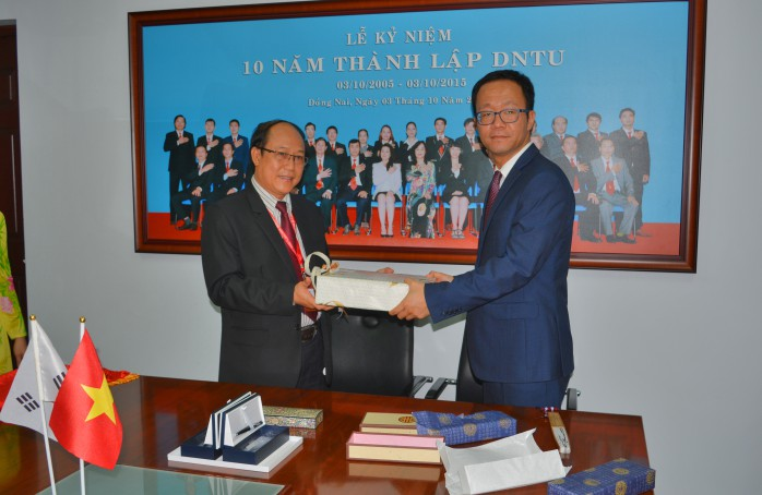 Prof. Soo Young Shin and Dr. Tran Duc Thuan represented the two gift giving university and took pictures together.