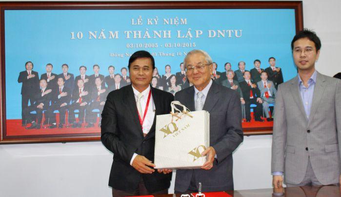 TS Phan Ngọc Sơn trao quà tặng lưu niệm cho ông Chay Yee