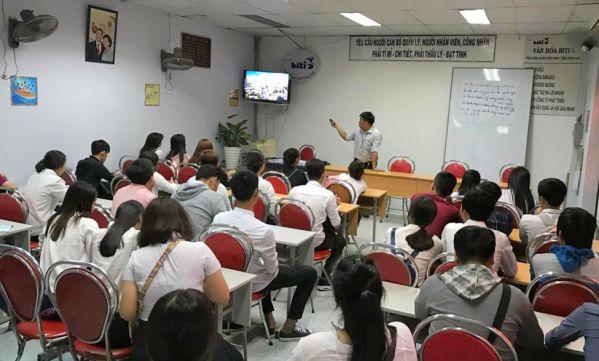 Sinh viên tìm hiểu về các chiến lược kinh doanh của công ty trong thời gian tới