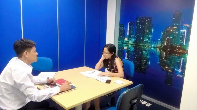Thầy Vũ Vi Minh Quân (trái) tại buổi làm việc với đại diện công ty DAMCO VN