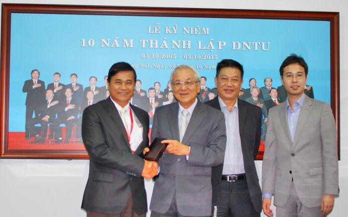 Ông Chay Yee trao quà tặng lưu niệm TS Phan Ngọc Sơn