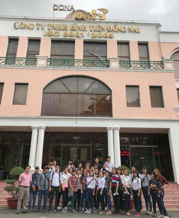 Sinh viên chụp hình lưu niệm tại công ty