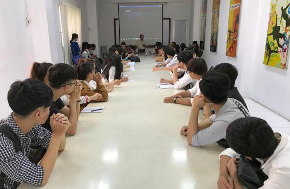 Sinh viên tìm hiểu về quy trình sản xuất và an toàn lao động trước khi tham quan