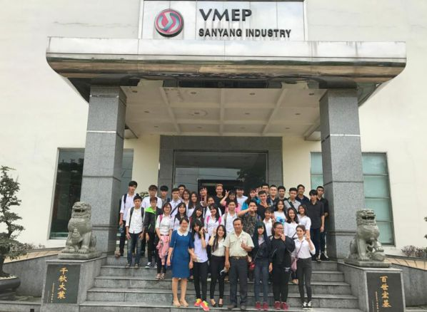Sinh viên chụp hình lưu niệm tại công ty SWM
