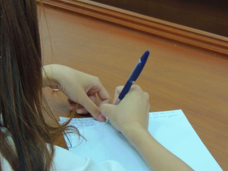 Sinh viên ghi lại những cảm nhận từ buổi chia sẻ