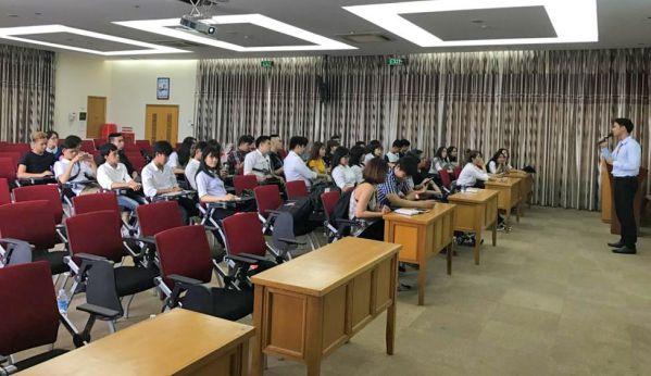 Sinh viên tìm hiểu về các hoạt động và quy trình sản xuất của công ty