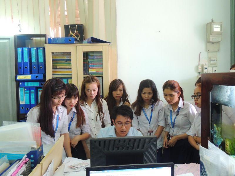 Các chuyên viên công ty CP Thuế Kế Toán Luật Việt Á đang giúp sinh viên hiểu rõ hơn chức năng của các bộ phận