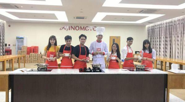 Sinh viên giao lưu với các chuyên gia tại công ty Ajinomoto
