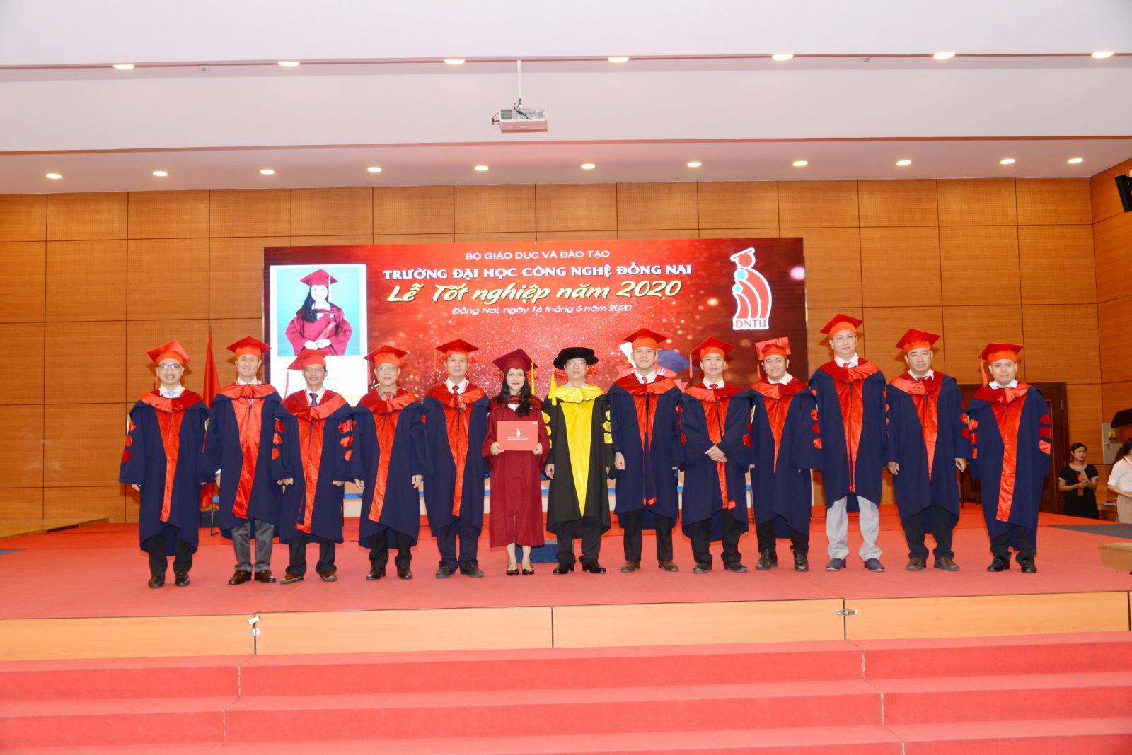 DNTU long trọng tổ chức lễ trao bằng tốt nghiệp đợt 1 năm 2020