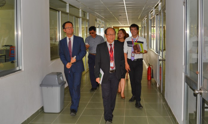 Dr. Tran Duc Thuan and Dr. Tran Thi Quynh Le guide KUMOH delegation visit DNTU