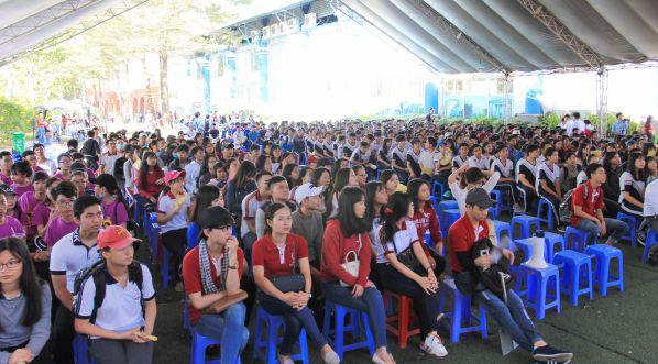 Đông đảo các bạn học sinh THPT lắng nghe tư vấn tuyển sinh