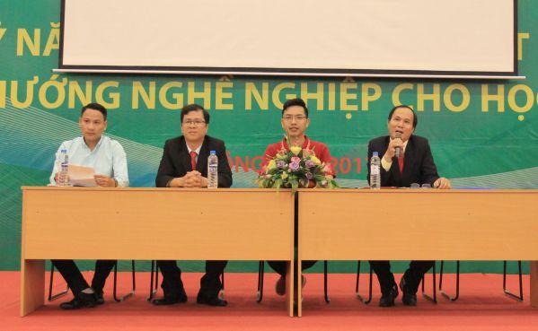 Thầy Phạm Đình Sắc - Trưởng phòng Đào tọa Tư vấn thông tin tuyển sinh đến các em