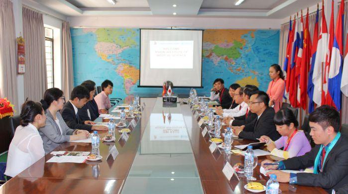 CB – GV - NV trường Đại học Công nghệ Đồng Nai đón tiếp và làm việc với đoàn Viện Y học Nihon tại phòng họp 1