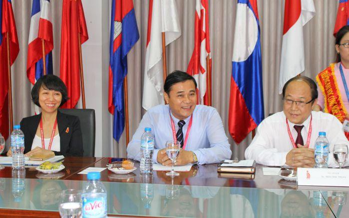 TS Phan Ngọc Sơn - Hiệu trưởng nhà trường tiếp và nói chuyện thân mật với đoàn