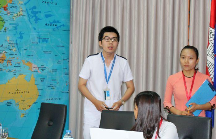 Em Nguyễn Minh Hiếu - SV khoa TP – MT - ĐD đang trình bày tại buổi làm việc