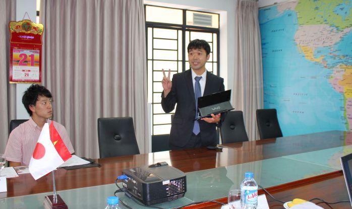Ông Shuji Amano đang giới thiệu về Nihon