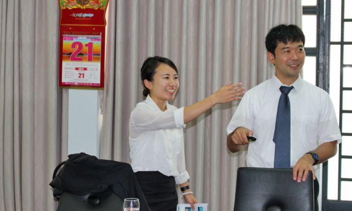 Nao Hachiya và Hiroya Akabane đang trao đổi hết sức hồn nhiên trong buổi làm việc