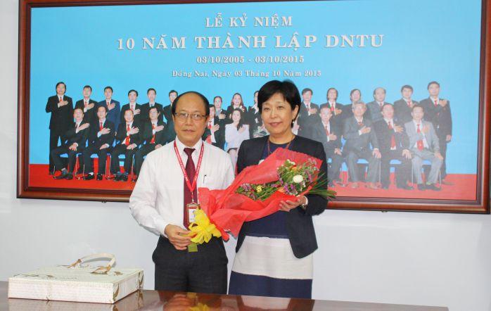 TS Trần Đức Thuận tặng hoa và trao quà lưu niệm cho đại diện viện Y học Nihon