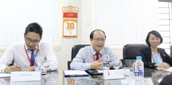 TS Trần Đức Thuận - P Hiệu trưởng nhà trường phát biểu trong buổi tiếp