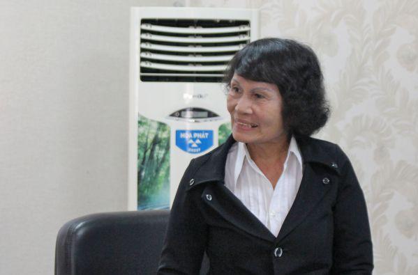 Bà Lê Thị Hoa - phụ huynh em Nguyễn Vinh Hiển đang trình bày vấn đề với lãnh đại học Niagara