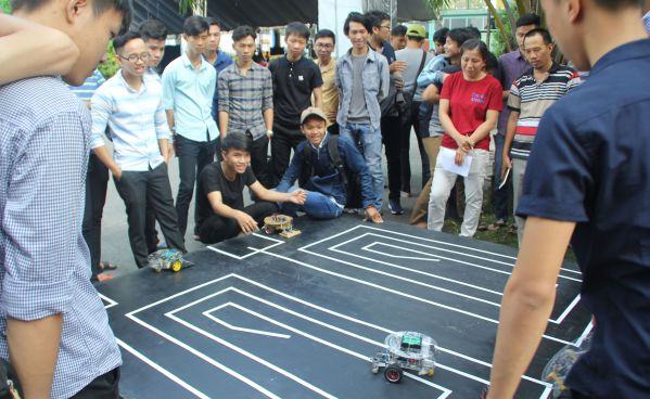 Học sinh trải nghiệm mô hình của Khoa Điện, Điện tử, Cơ khí và Xây dựng