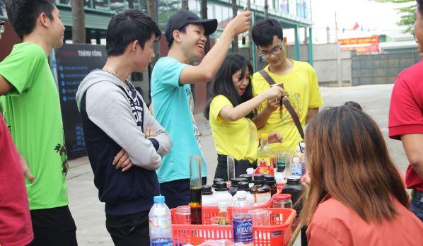 Học sinh tìm hiểu ngành Công nghệ Kỹ thuật hóa học