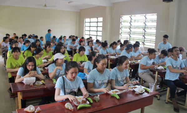 Học sinh ăn cơm trưa tại trường