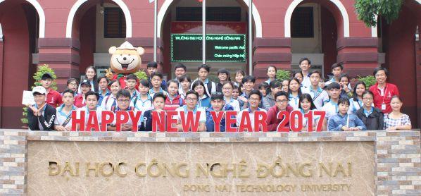 Học sinh các trường PTTH chụp ảnh lưu niệm tại DNTU