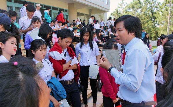 TS Nguyễn Văn Huy - Giám đốc Trung tâm Tuyển sinh trực tiếp tư vấn thông tin tuyển sinh cho các em học sinh