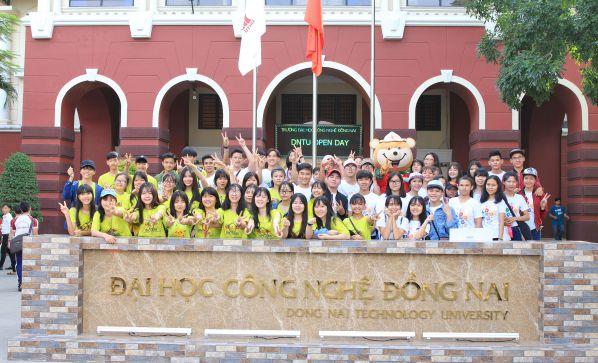 Học sinh các Trường THPT chụp hình lưu niệm tại trường