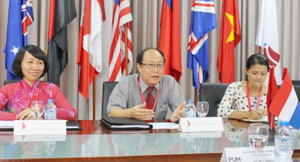TS Trần Đức Thuận – P Hiệu trưởng trường Đại học Công nghệ Đồng Nai trao đổi ý kiến với đoàn