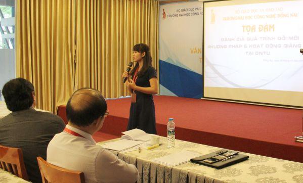 Cô Huỳnh Thị Yến Nhi - Giảng viên khoa Ngoại ngữ trao đổi kinh nghiệm về hình thức tổ chức dạy học tại buổi tọa đàm