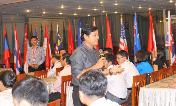 TS Phan Ngọc Sơn - Hiệu trưởng nhà trường phát biểu trong buổi tọa đàm về đổi mới phương pháp và hoạt động dạy học tại phòng họp 3 chiều ngày 06/10/2016
