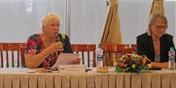 Bà Anneke trao đổi ý kiến với đại diện các doanh nghiệp và CB-GV của DNTU trong lễ ký kết