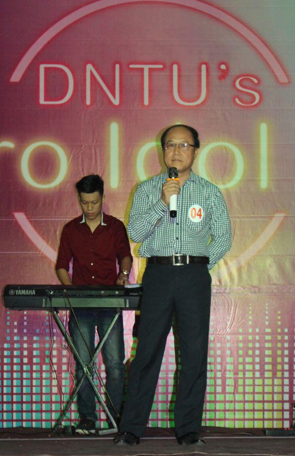 Thầy Trần Đức Thuận và Thầy Phạm Đình Sắc với các tiết mục của mình