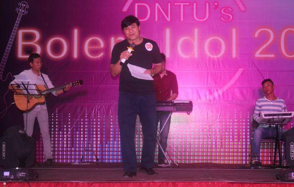 Thầy Phan Ngọc Sơn với một tiết mục rất mới mang lại cảm xúc thú vị cho đêm biểu diễn