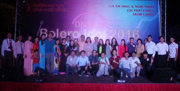 BGK cùng các thí sinh được chọn vào vòng chung kết chụp hình sau đêm diễn chuyên nghiệp