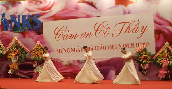 Tiết mục múa của các em sinh viên DNTU chào mừng Ngày Nhà giáo Việt Nam