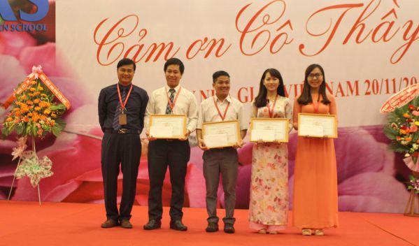 TS Phan Ngọc Sơn – Hiệu trưởng nhà trường tặng hoa và khen thưởng các Giảng viên có thành tích cao trong vấn đề đổi mới phương pháp giảng dạy