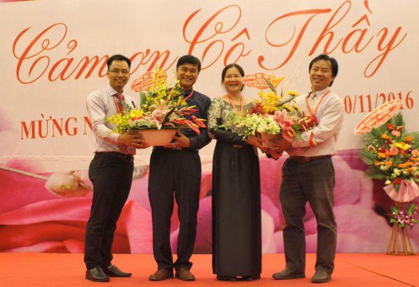 TS Trần Thanh Đại - trưởng khoa TP-MT và Điều dưỡng tặng hoa Chủ tịch HĐQT và BGH