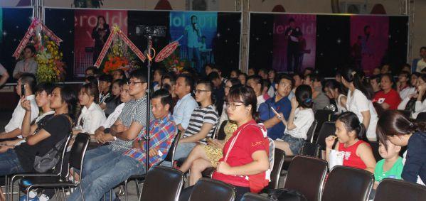 Đông đảo khán giả đang theo dõi và cổ vũ nhiệt tình cho các thí sinh trong đêm chung kết